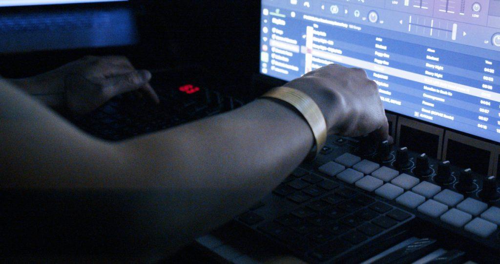 Simón(e) changes music while dj-ing